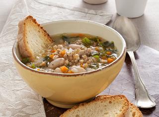 Ricetta Zuppa di farro con verdure, legumi e cavolo nero