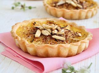 Tortine di mele e mandorle alla crème brulée