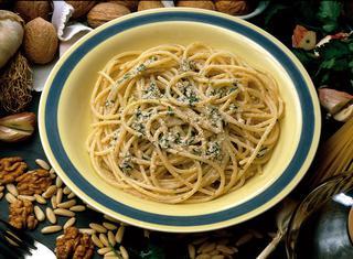 Spaghetti al sugo di noci e pinoli