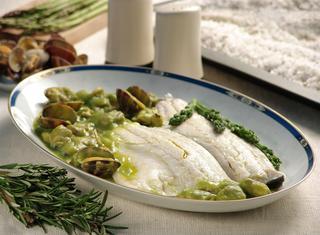 Spigola al sale in salsa di asparagi
