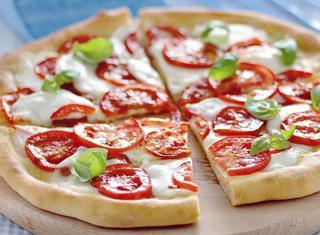 Ricetta Pizza sottile con bufala e pomodoro fresco