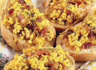 Uova strapazzate sui crostoni