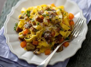 Ricetta Tagliatelle alla zucca con salsiccia e castagne