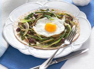 Ricetta Piadina con uovo fritto, prosciutto e puntarelle