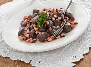 Ricetta Gnocchi di riso nero con ragù di polpo