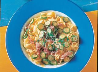 Tagliatelle zucchine e prosciutto