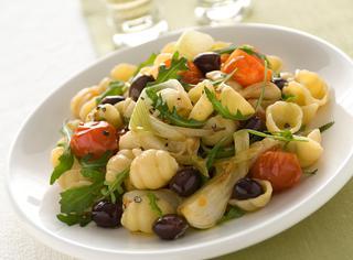 Gnocchi con cipollotti, pomodorini, rucola e olive