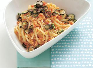 Spaghetti con zucchine fritte, mandorle e pomodori secchi
