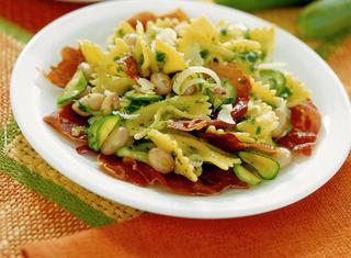 Ricetta Farfalle, zucchine e fagioli con crudo tostato