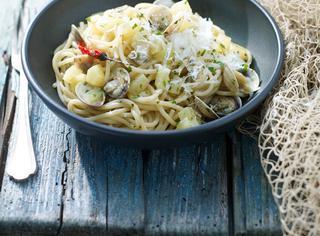 Spaghetti con vongole, patate e pecorino
