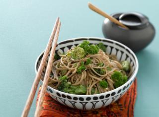 Noodles giapponesi con broccoli e tofu