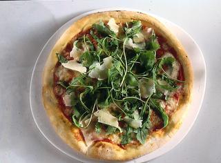 Pizza con rucola e grana