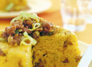 Timballo di riso allo zafferano con salsiccia e porri