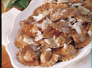 Ravioli di castagne, salsiccia e prugne secche