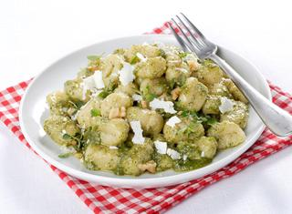Ricetta Gnocchi di patate senza uova al pesto di erbe e noci