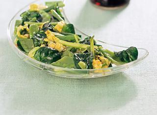 Antipasto di primizie di primavera saltate nel wok