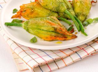 Fiori di zucca al forno con patate e fagiolini