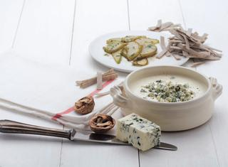 Ricetta Crema di gorgonzola con pere, noci e prezzemolo