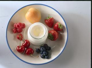 Yogurt, frutta e miele