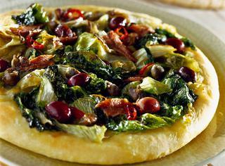Pizza di scarola con olive e capperi