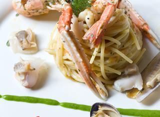 Spaghetti con frutti di mare e crostacei cotti e crudi