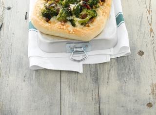Ricetta Pizza con broccoli e caciocavallo