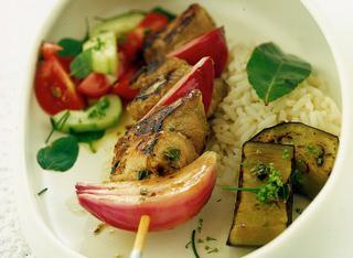 Shish kebab con riso pilaf e verdure