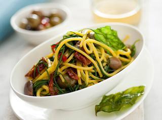 Ricetta Spaghetti alla chitarra con agretti, olive, pomodorini secchi e basilico fritto