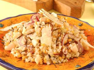 Insalata di riso con cipolla rossa, lenticchie e fagioli