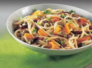 Spaghetti con sugo di peperoni e olive