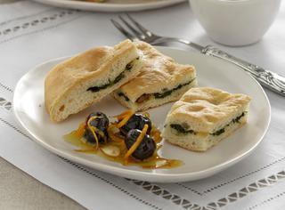 Focaccia farcita e olive marinate