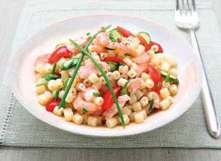 Ricetta Insalata di pasta con salmone, gamberi e zucchine