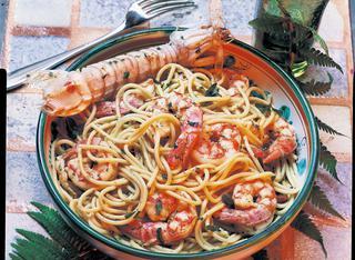 Spaghetti saltati con gamberoni e canocchie