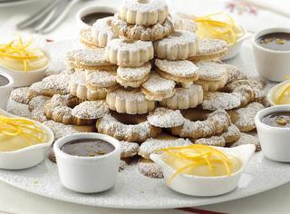 Piramide di biscotti con creme all'arancia