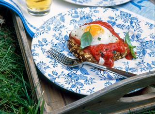 Crostoni e uova al pomodoro