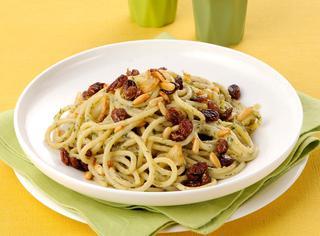 Spaghetti sardine, uvetta e pinoli