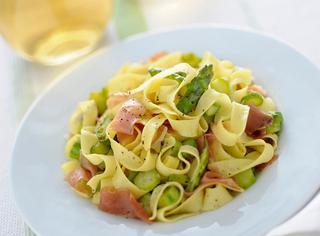 Ricetta Tagliatelle con crudo e asparagi