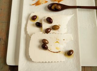 Primo sale con olive e sfoglie croccanti