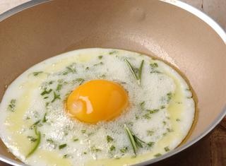 Uova al tegamino aromatizzate