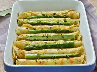 Ricetta Sigari di crespelle con punte di asparagi al forno