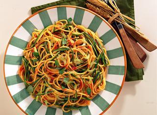 Spaghetti con sugo freddo di zucchine