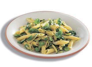 Garganelli al sugo con fave e zucchine
