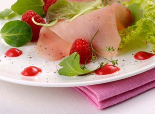 Ricetta Carpaccio di pesce spada con salsa agra di lamponi