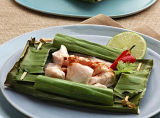 Cubetti di pollo marinato in foglie di banano