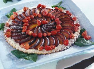 Torta di prugne con fragoline