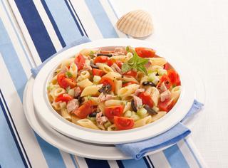 Insalata di pasta con tonno e pomodori