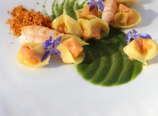 Tortellini alla pappa di pomodoro e scampi su salsa all'aglio orsino