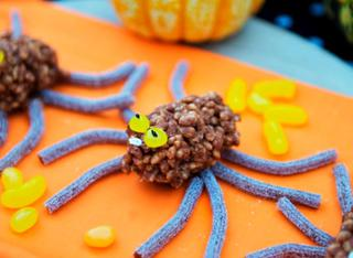 Dolcetti di riso soffiato come ragni di Halloween
