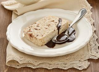 Ricetta Semifreddo con salsa al cioccolato