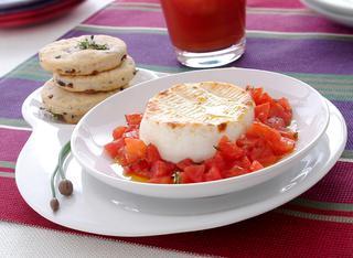 Caprini al forno con pomodoro e cialde alle olive